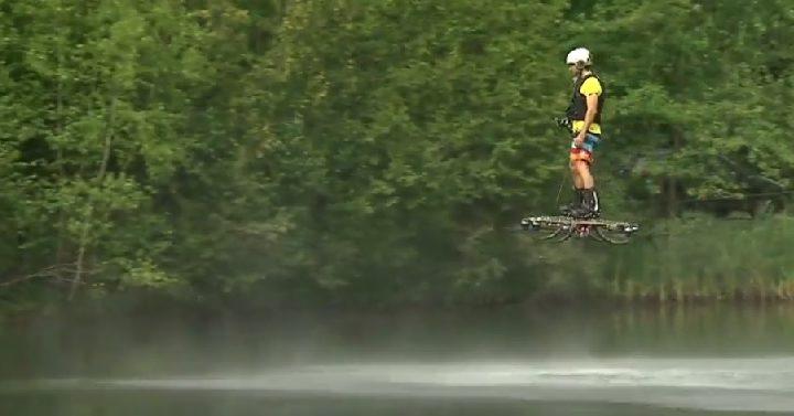 Канадский предприниматель создал летательный аппарат, похожий на дрон и способный выдержать вес человека