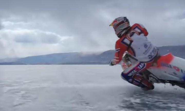 Знаменитый мотогонщик покорил замёрзший Байкал
